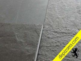 Foto tomada a contraluz para mostrar los tratamientos superficiales de placa de pizarra natural. Pizarra de color negro Bierzo.
