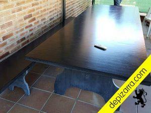 Detalle de la superficie de la mesa de pizarra natural. Mesa pizarra natural para el hogar.