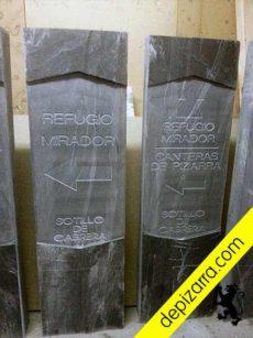 Fase de fabricación de estelas, tótem o monolitos de pizarra negra. Monolito pizarra negra.