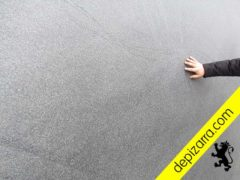 Placa de pizarra natural serrada y acabado arenado. Pizarra aserrada y arenada. Sandblasted slate.