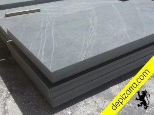 Placa de pizarra serrada de gran espesor para encimeras, barras y zonas de trabajo .