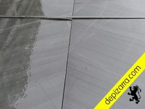 Placa pizarra natural con la superficie serrada. Natural slate 6 surfaces sawn.