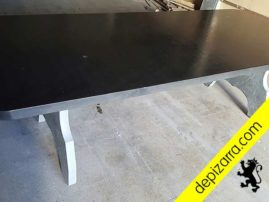 Preciosa superficie de mesas de pizarra para hogar. Mesas de pizarra. Detalle del tratamiento de la superficie de las mesas de pizarra natural. Mesas pizarra negra.