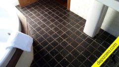 Suelo de cuarto de baño con pizarra natural de color negro Bierzo. Suelo interior pizarra natural.