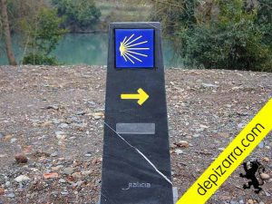 Mojón de pizarra natural color negro Bierzo para el Camino de Santiago de Invierno. Camino mouteiras pizarra.