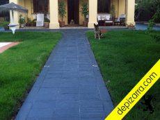 Bonita placa de pizarra natural en el suelo de un chalet en Cádiz. Pizarra plaqueta exterior.