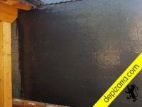 Fachada placa de pizarra calibrada y mojada con agua.