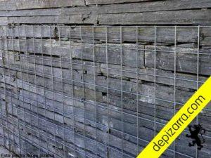 Muros de piedra con malla metálica.