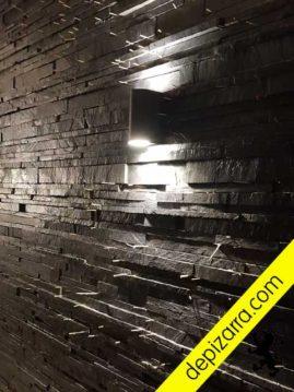 Cómo colocar pizarra en pared. Fase de ejecución. Separadores colocados entre listones de pizarra natural.