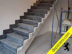 Escalera de pizarra superficie serrada.