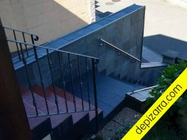 Pizarra en escalera de vivienda.