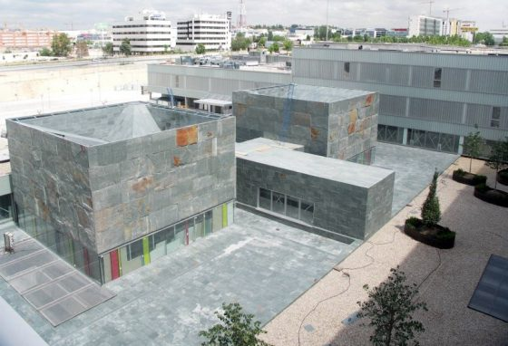 Fachada ventilada de pizarra Verde Pol en Hospital de la Comunidad de Madrid.